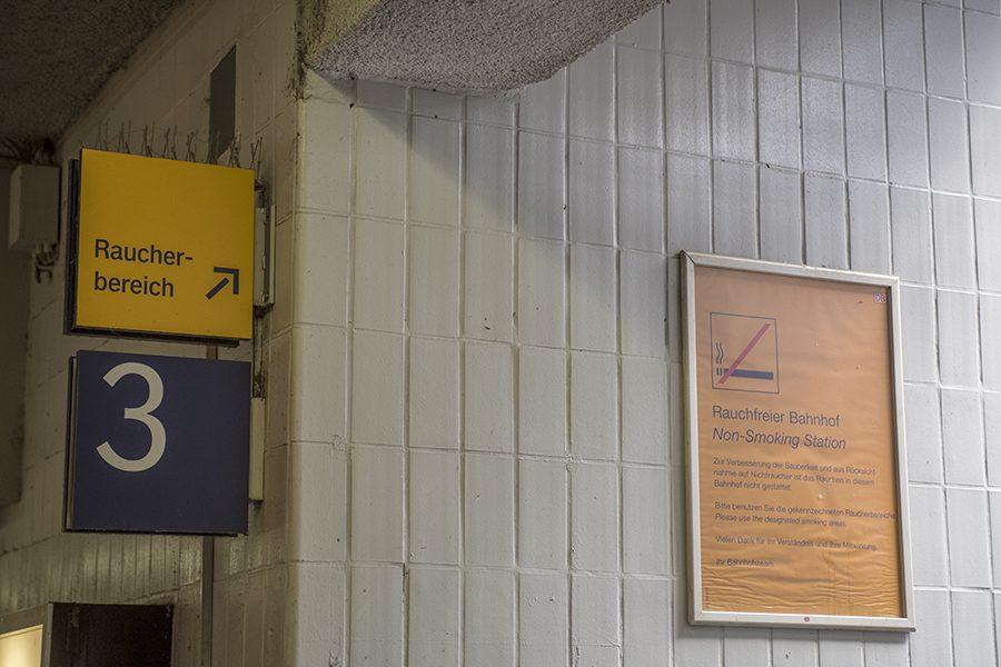 Der Blaue Tisch am Hauptbahnhof Hagen am 08. Mai 2015